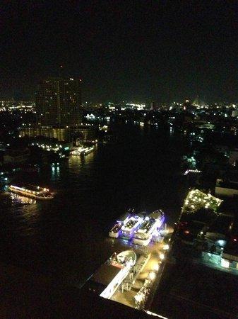 Royal Orchid Sheraton Hotel & Towers: Вид из номера ночью
