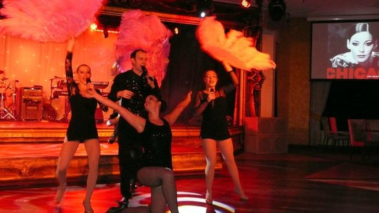 Warner Leisure Hotels Alvaston Hall Hotel: the Leisure staff put on wonderful shows