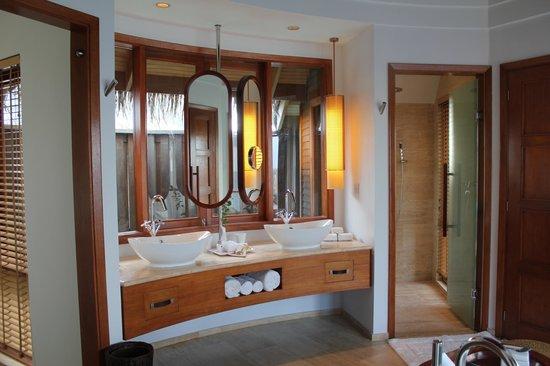 Constance Halaveli: Bathroom area