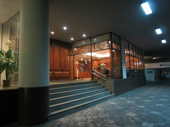 Royal Lanna Hotel: Entrance is off the street