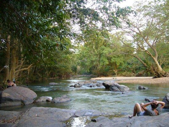 Athgira River Camping: 涼しい川辺