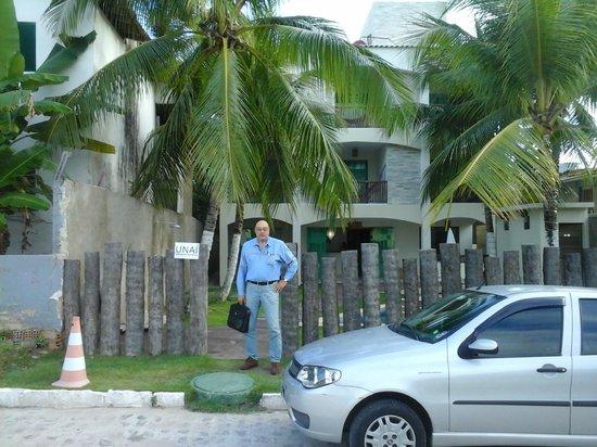 MARIO BIMBATTI em frente entrada da Pousada UNAI - Porto de Galinhas