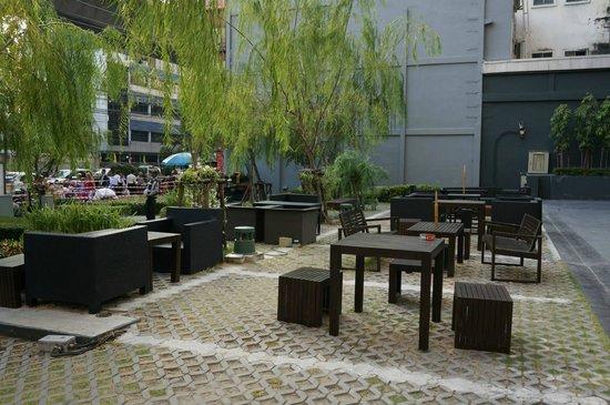 Holiday Inn Express Bangkok Siam: Open courtyard