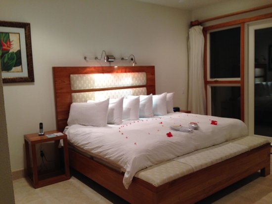 The Phoenix Resort : Master Bedroom with flower petals on bed