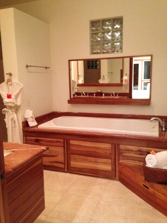 The Phoenix Resort : Master Bathroom