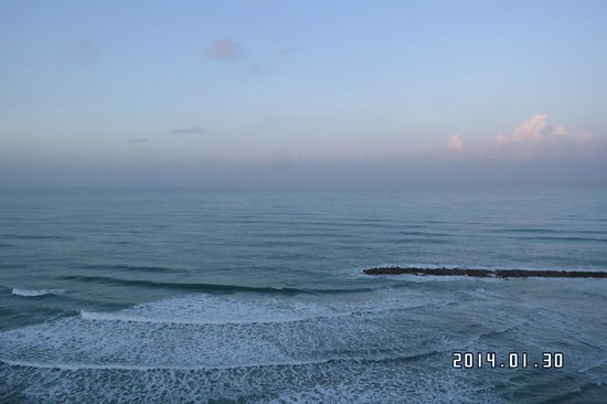 Leonardo Plaza Hotel Haifa: The view from the room is excellent. We can hear the sound of wave!