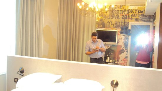 Hôtel Georgette: Big mirror in room gave a sense of bigger space