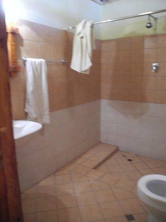 Lal Hotel Woldiya: Bathroom inTukul No. 1