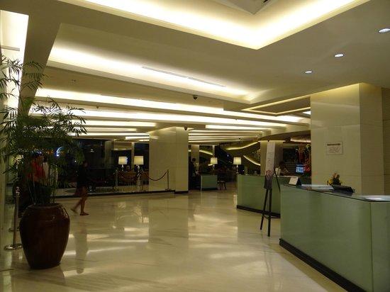 The Bellevue Manila: Lobby