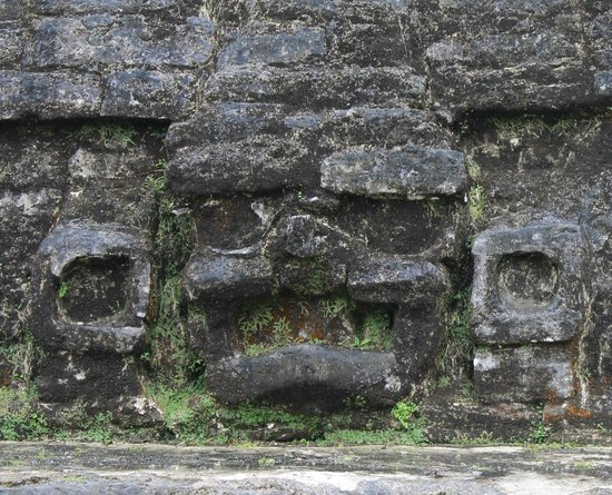Maya-Ruinen von Altun Ha: Face carved in the side of the main pyramid