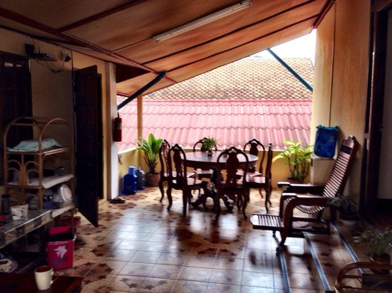 Inthasak Guesthouse: Veranda.