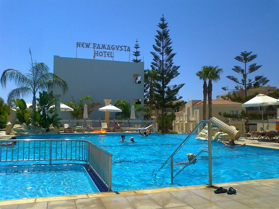 New Famagusta Hotel : яркий бассейн