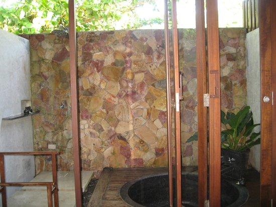 The Tubkaak Krabi Boutique Resort: salle de bains extérieure
