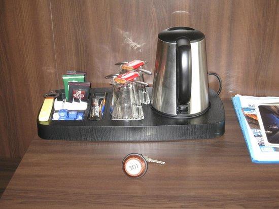 Hotel Carlton: Чайные принадлежности в номере