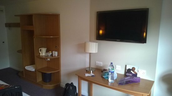 Premier Inn Cardiff City South Hotel: Big Flatscreen TV