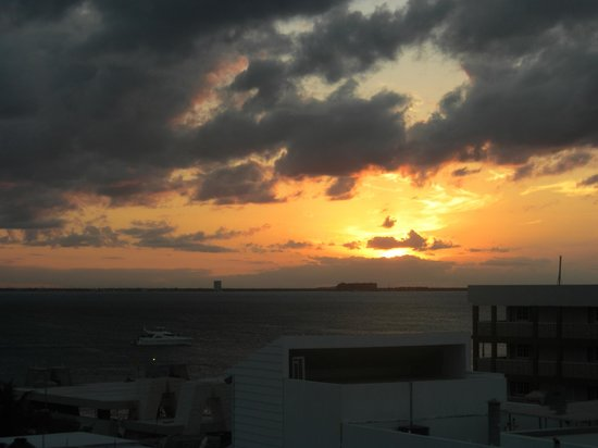 Casa Sirena Hotel : Sunset from the rooftop bar looking towards Cancun