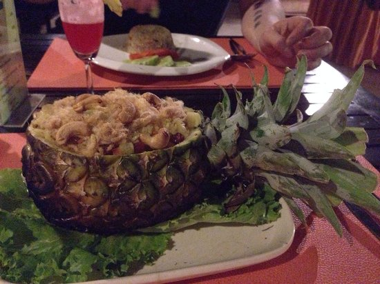 Rainforest Boutique: Baked rice with pineapple.... IN a pineapple!