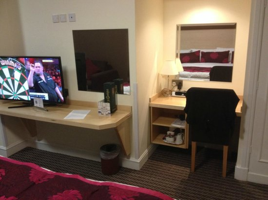 Strand Palace Hotel: TV Desk area