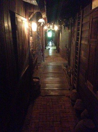 Suk 11 Hostel: Third floor hallway.