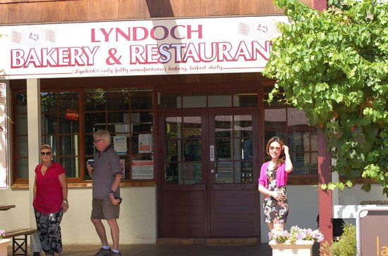 Barossa Valley Wine Tour with Wine Tastings and Lunch: Lunch spot…wonderful coffee/pastries.