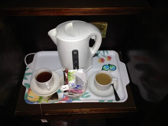 Europa Gatwick Hotel: Very minimal and lacklustre tea and coffee making facilities