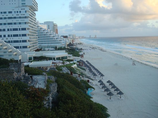 The Westin Lagunamar Ocean Resort Villas & Spa, Cancun : view from balcony room 161 - ruins and beach