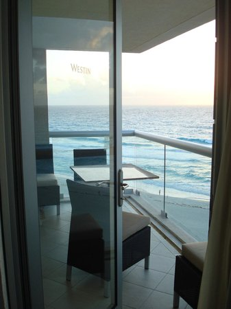 The Westin Lagunamar Ocean Resort Villas & Spa, Cancun : Living room entrance onto balcony room 161