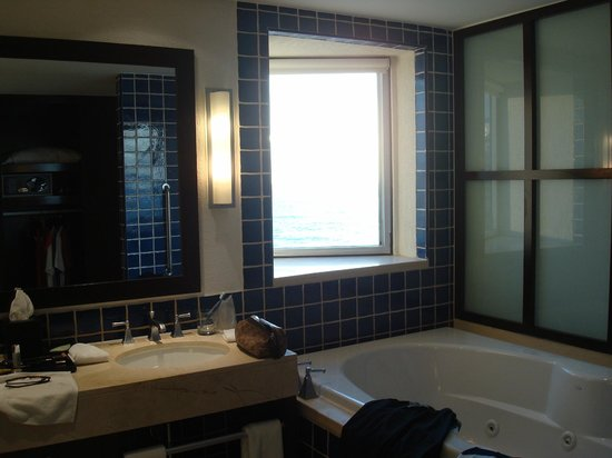 The Westin Lagunamar Ocean Resort Villas & Spa, Cancun : Bathroom room 161 - view of ocean