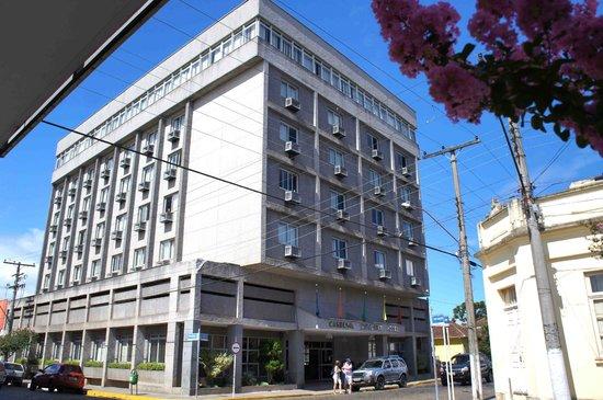 Taquara, RS: Uma vista geral do hotel desde a esquina da rua Guilherme Lahm