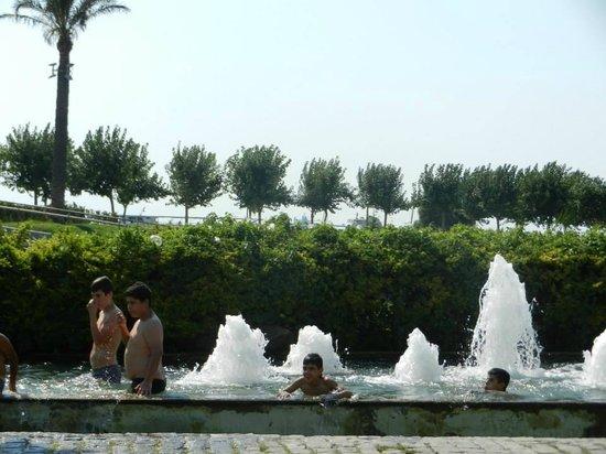 Saat Kulesi (Clock Tower): Kids playing at the fontain