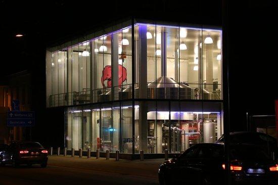 Huyghe Brewery: Cervejaria à noite