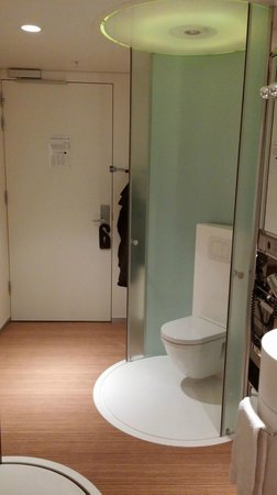 citizenM Schiphol Airport: 'Ensuite' loo