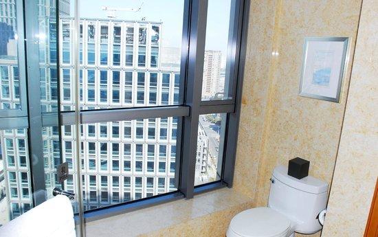 DoubleTree by Hilton Shanghai-Pudong: bathroom