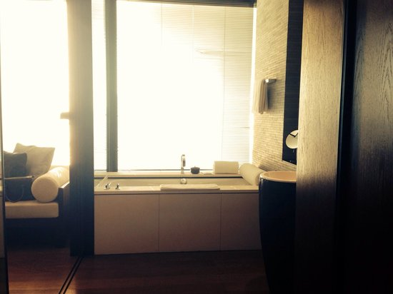 The PuLi Hotel and Spa: The bath area. Overlooking Jing an Temple and sunset