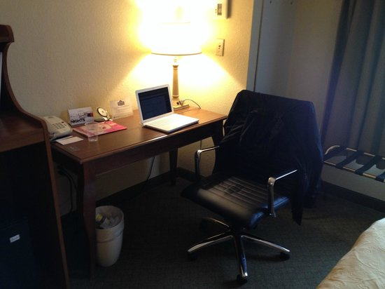 Country Inn & Suites By Carlson, Newark Airport: Desk area