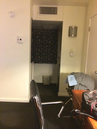 Kings Inn San Diego : View from the door into the room towards bathroom area