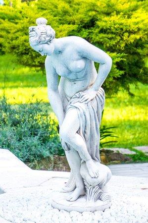 Villa Vittoria B&B: Pool statue.