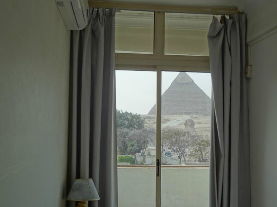 Pyramids View Inn : view from my bed!