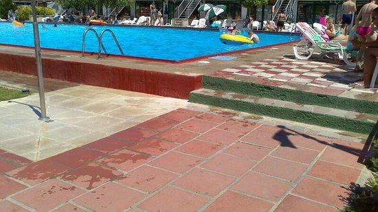 MedPlaya Hotel San Eloy : Mismo camino con agua de la piscina (caida asegurada)