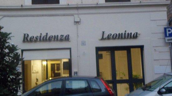 Residenza Leonina: Hotel Entrance from the Piazza