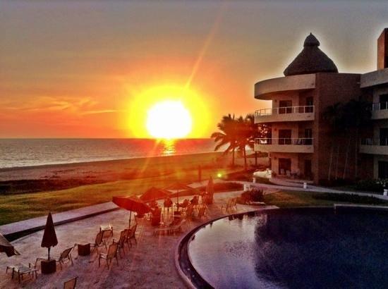 Playa Grande Condominium Resort : sunset from the condo in A block
