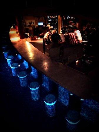 Playa Grande Condominium Resort : pool bar at night