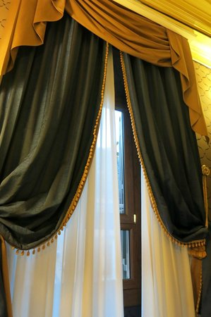 Hotel Manfredi Suite in Rome: Luxurious curtains