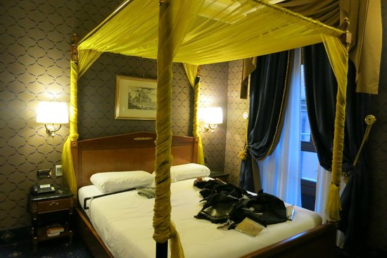 Hotel Manfredi Suite in Rome: Four-poster bed