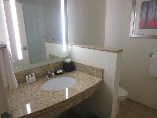 Courtyard Keene Downtown: Bathroom