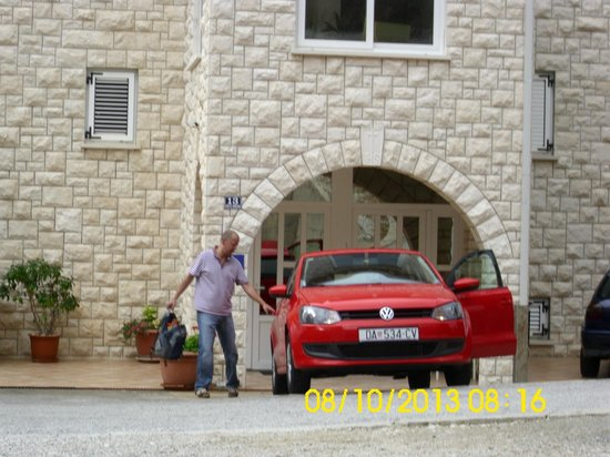 Marnic Apartments: packing the car to leave