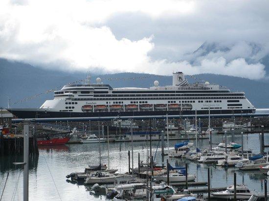 Harbor 360 Hotel: Docked Cruise Ship