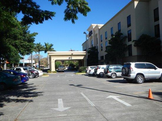 Hampton Inn & Suites by Hilton San Jose Airport: Entrance and parking