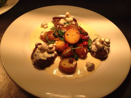 Anglers Arms: Medallions of fillet steak with sweet pepper and red onion lyonnaise and a garlic and mushroom s