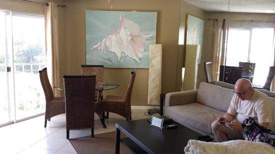 Ocean Pointe Suites at Key Largo: living room